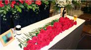 赤いバラの献花