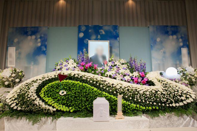 祭壇本番のお写真 祭壇の周りに供花を並べました