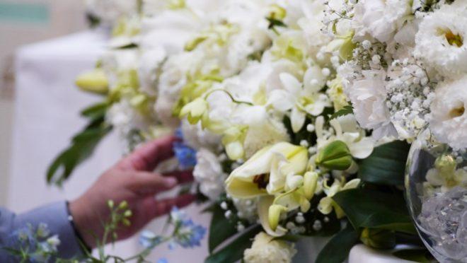 主催者の希望により白と緑を基調とした祭壇に仕上げました