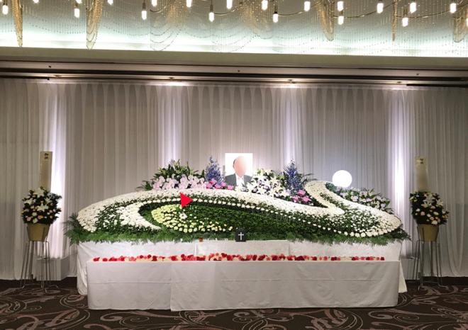 献花の後の祭壇・赤、ピンク、白のカーネーションが彩ります