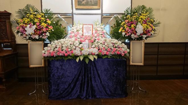 二つの供花に囲まれてより華やかな祭壇となりました